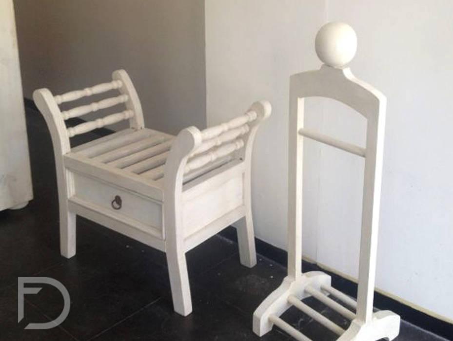 Banca y perchero : Oficinas y tiendas de estilo  por ESTUDIO FD