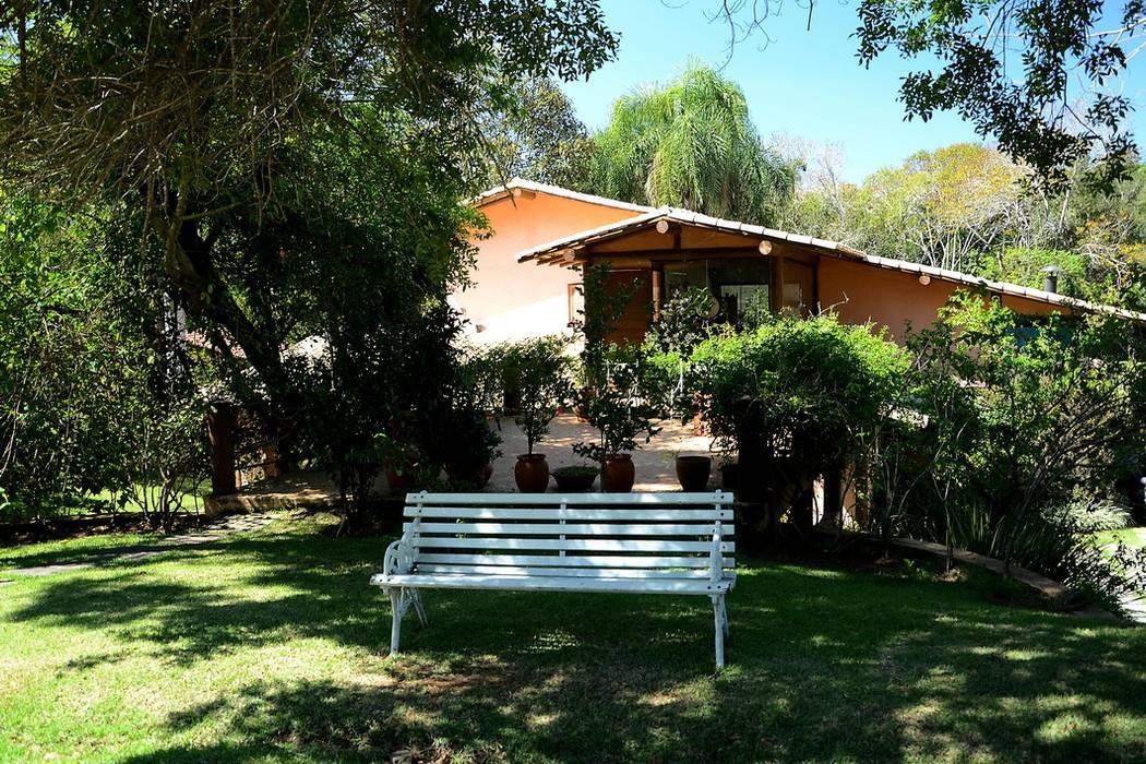 Casa de Campo do Bosque: Casas  por Arquitetamos Escritório Autônomo,Rústico