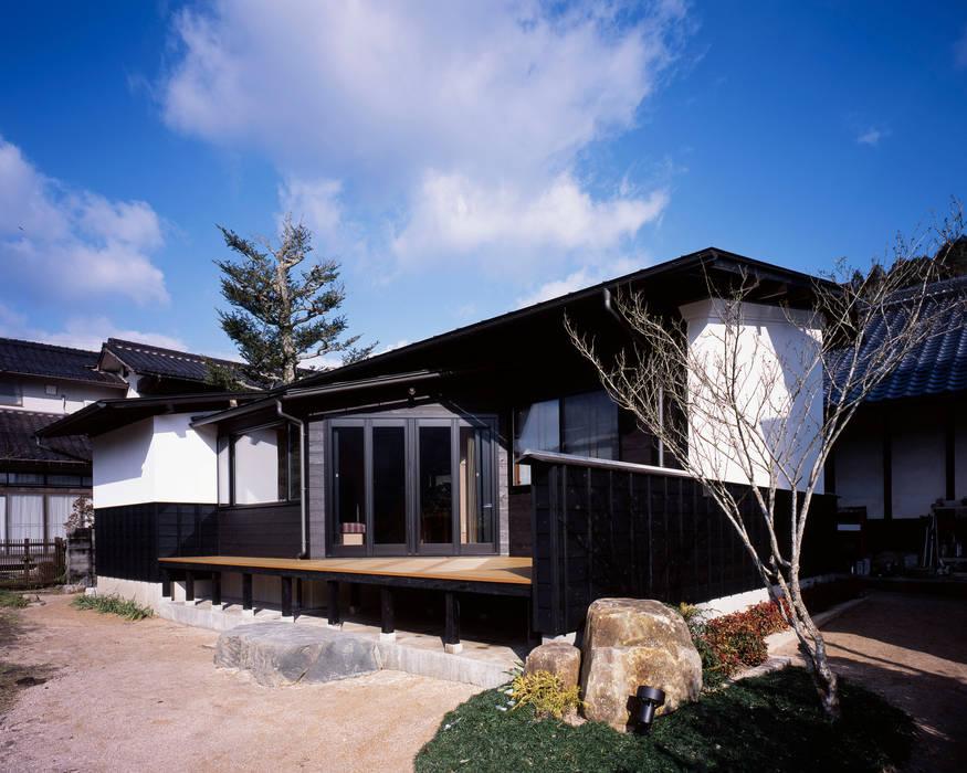 Casas ecléticas por 伊藤瞬建築設計事務所 Eclético