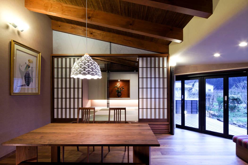 Salas de jantar ecléticas por 伊藤瞬建築設計事務所 Eclético