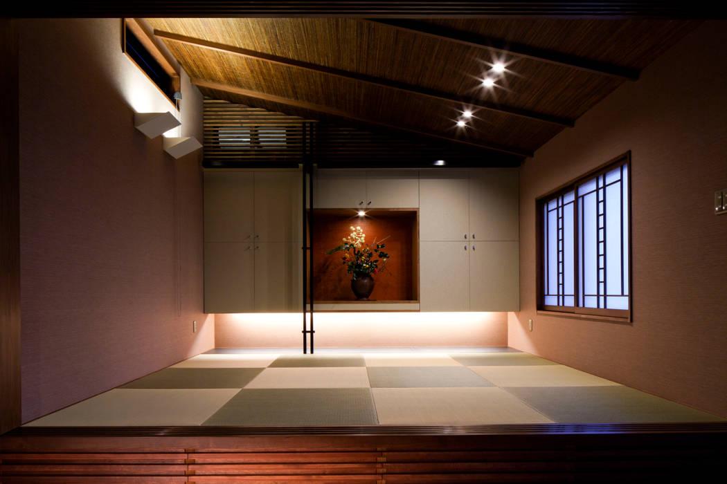 Paredes e pisos ecléticos por 伊藤瞬建築設計事務所 Eclético