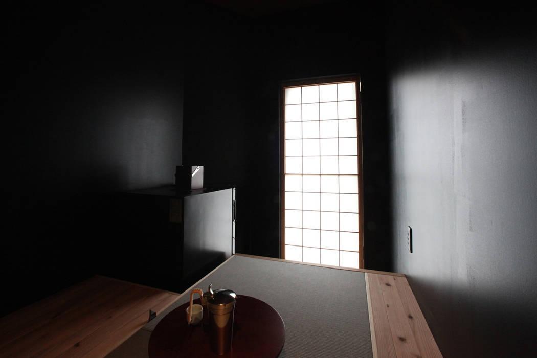 酒部屋: atelier mが手掛けたワインセラーです。,モダン