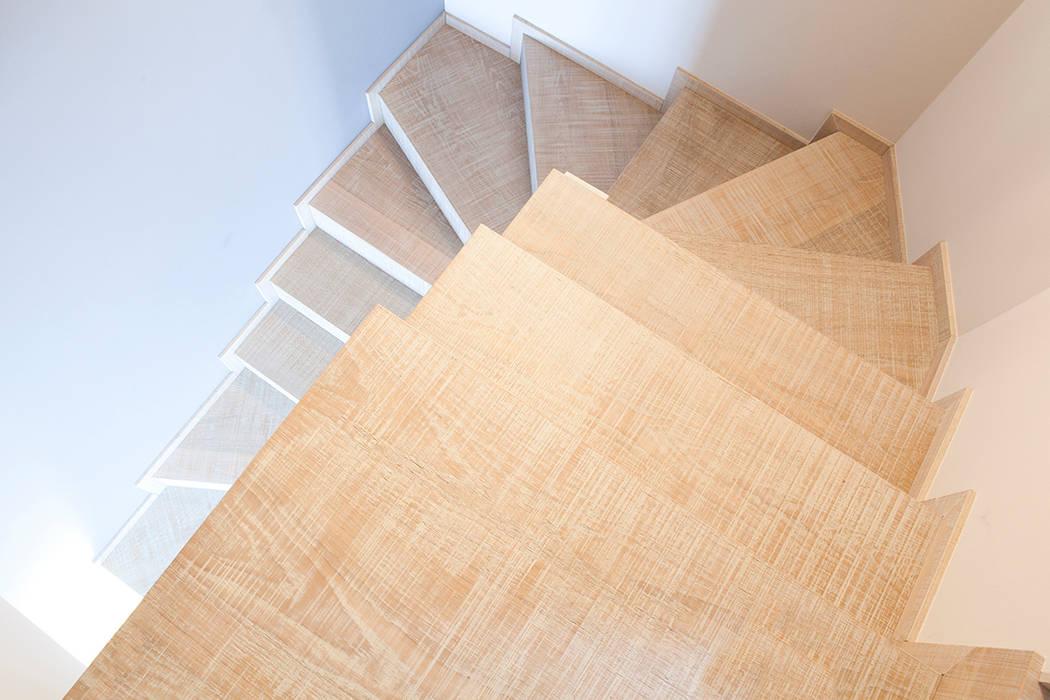 Rovere sbiancato per scale e top cucina: ingresso & corridoio in ...