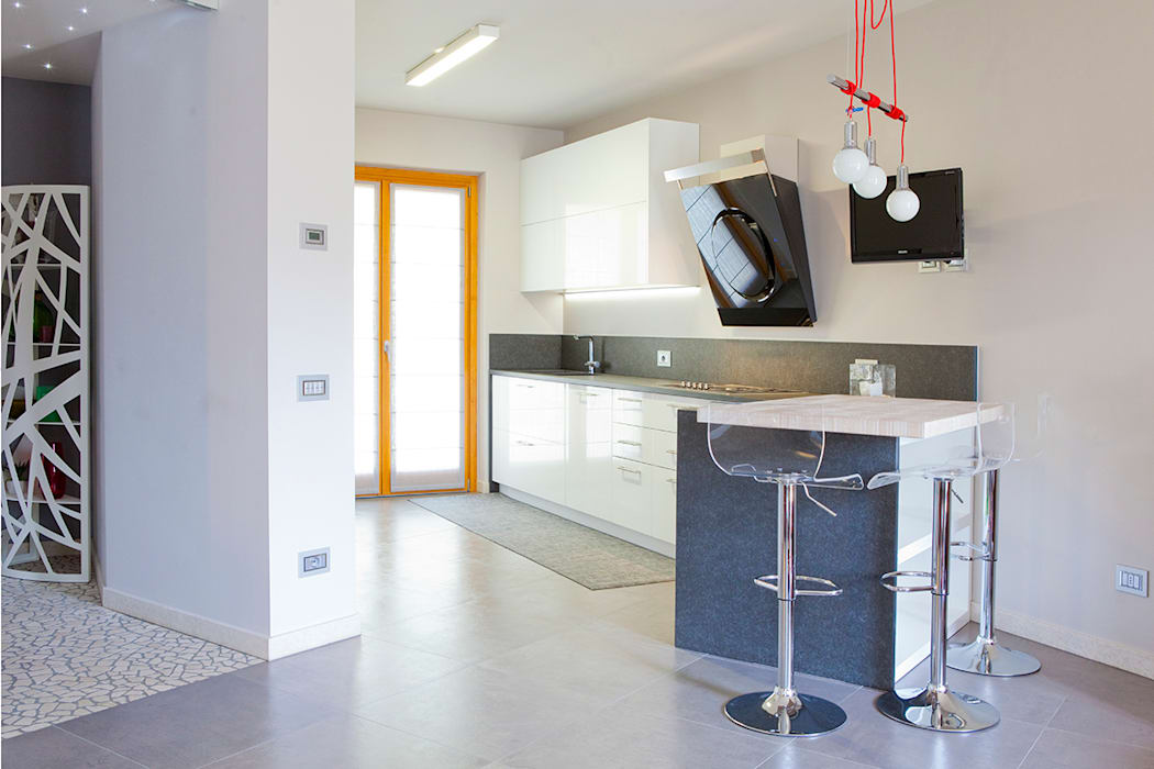 Rovere sbiancato per scale e top cucina: cucina in stile di ...