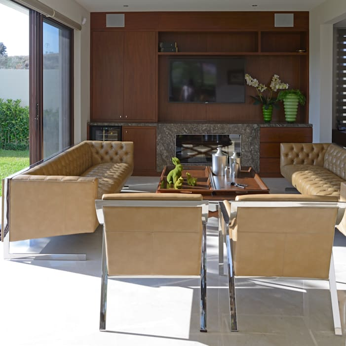 homify Balcon, Veranda & Terrasse modernes Cuir Ambre/Or