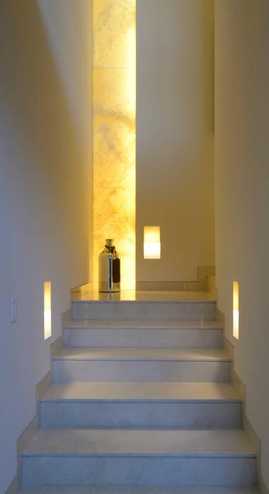 Escaleras Cas GL: Pasillos y recibidores de estilo  por VICTORIA PLASENCIA INTERIORISMO,