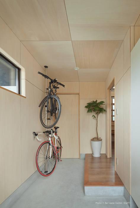 Corredores, halls e escadas minimalistas por 松岡健治一級建築士事務所 Minimalista Contraplacado