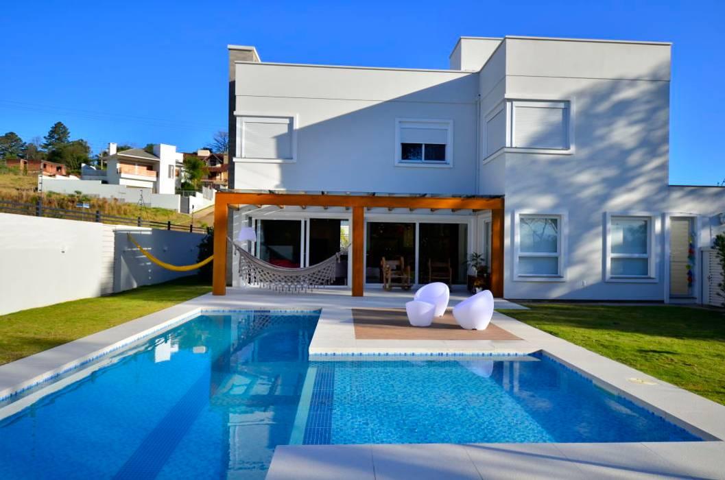 Área da piscina Piscinas de estilo moderno de ARQ Ana Lore Burliga Miranda Moderno