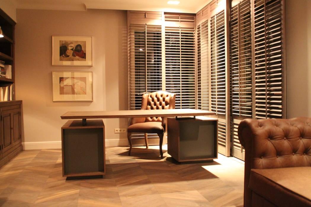 Biurko Modern Comfort & Style Interiors Domowe biuro i gabinetBiurka Drewno