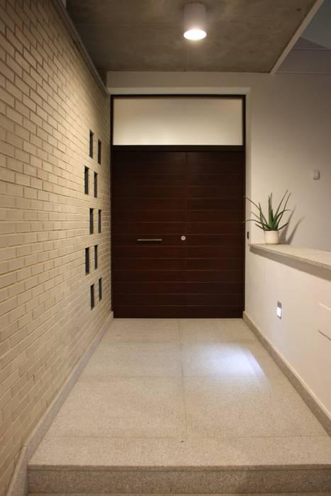 Corredores, halls e escadas modernos por ESTUDIO P ARQUITECTO Moderno Cerâmica