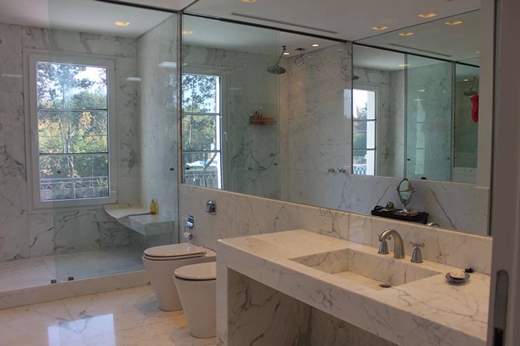 Modern Bathroom by JUNOR ARQUITECTOS Modern