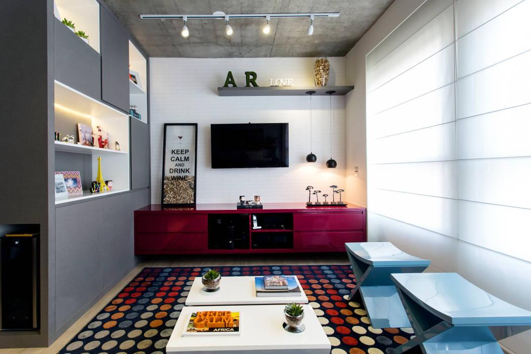 Media room by Adriana Pierantoni Arquitetura & Design,
