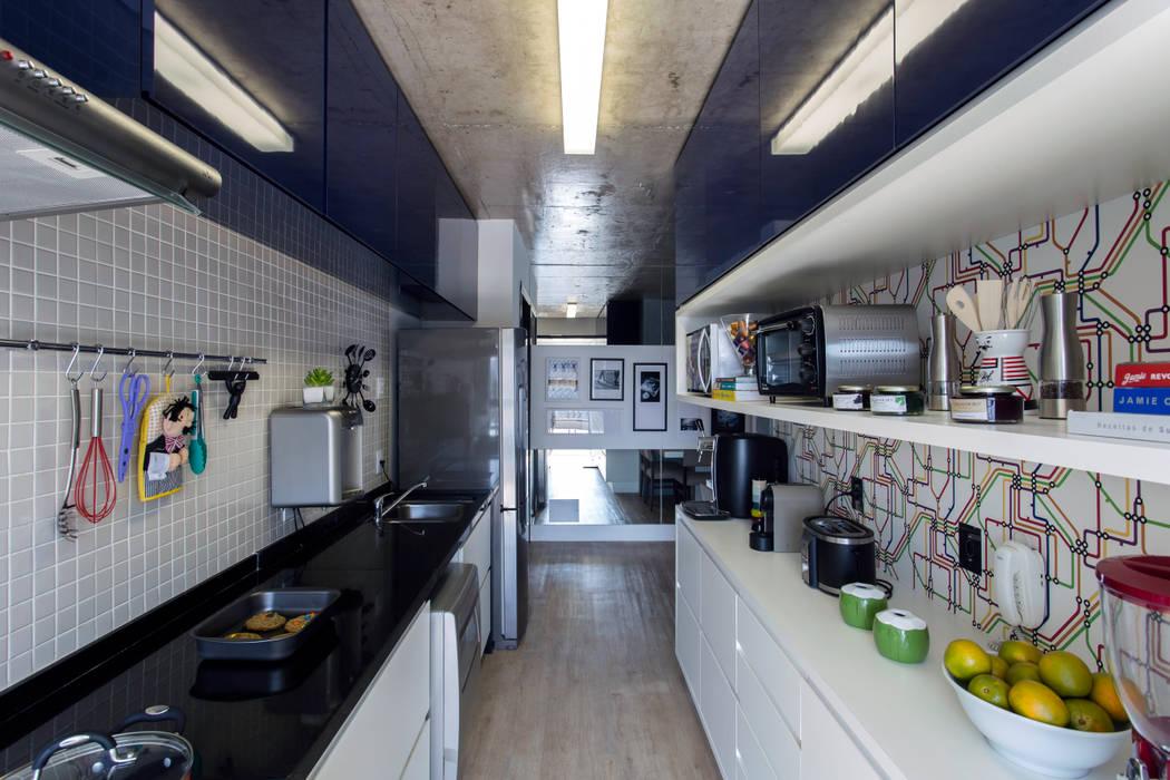 Modern Kitchen by Adriana Pierantoni Arquitetura & Design Modern