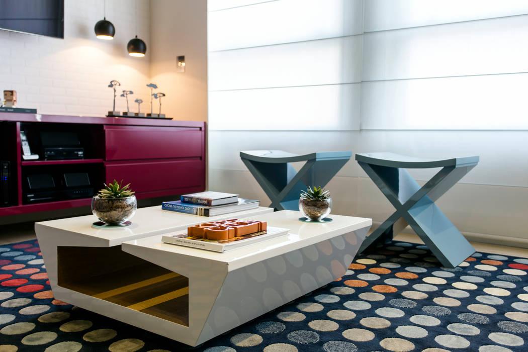 Mesa em laca com madeira na parte interna Adriana Pierantoni Arquitetura & Design Salas de estar modernas