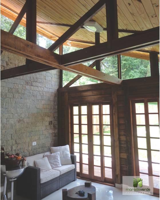 Casa em madeira - Piraquara - PR: Salas de estar  por Moradaverde Arquitetura,Campestre