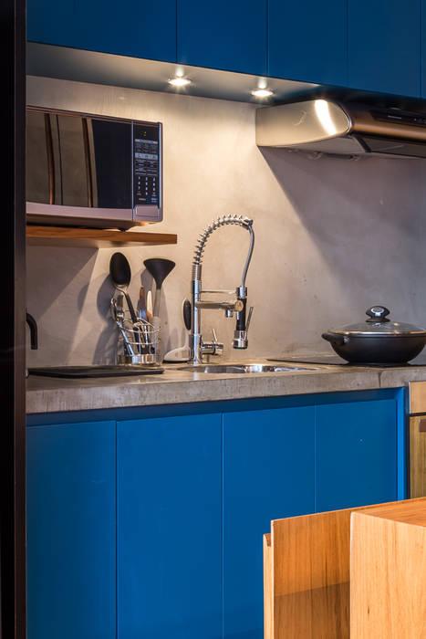 Resultado de imagem para A bancada da cozinha aberta serve como sala de jantar, o móvel amarelo da sala, aberto, se transforma em home theater, e o aparador na suite avança sobre o vão de pé direito duplo