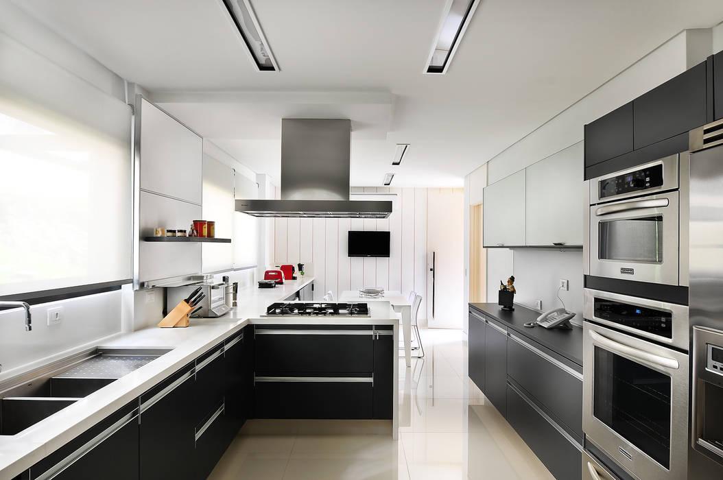 現代廚房設計點子、靈感&圖片 根據 BRENO SANTIAGO ARQUITETURA E INTERIORES 現代風