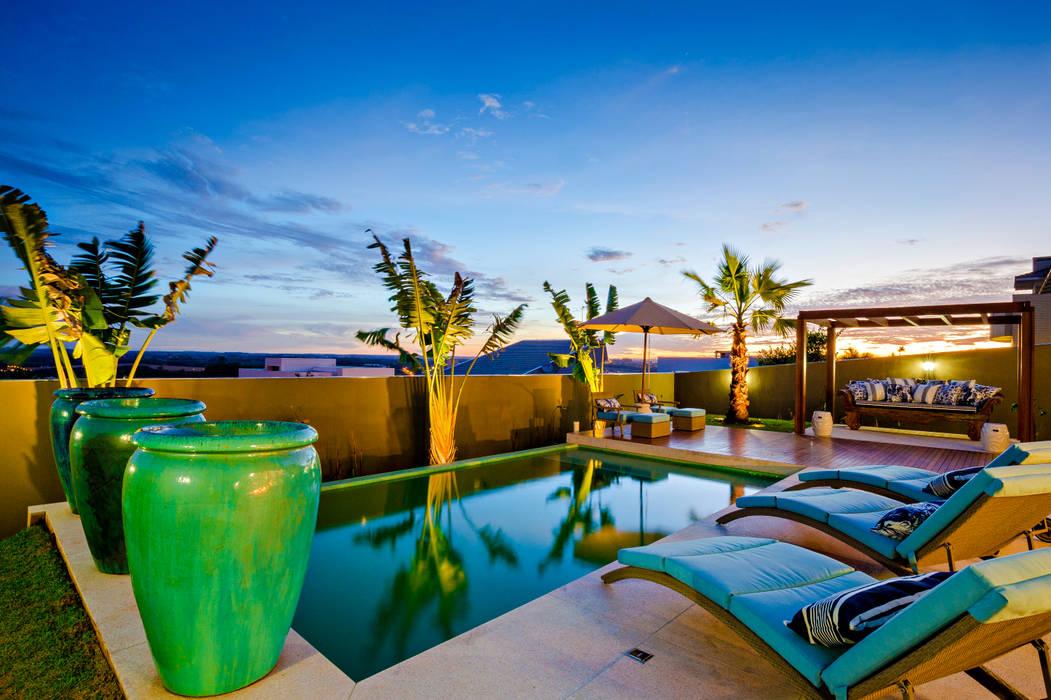 Casa Bali: Piscinas  por IE Arquitetura + Interiores