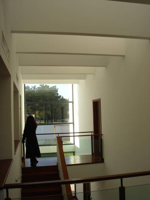 House Gui and Gus - Verdizela: Closets  por ASPMM, Arquitectos