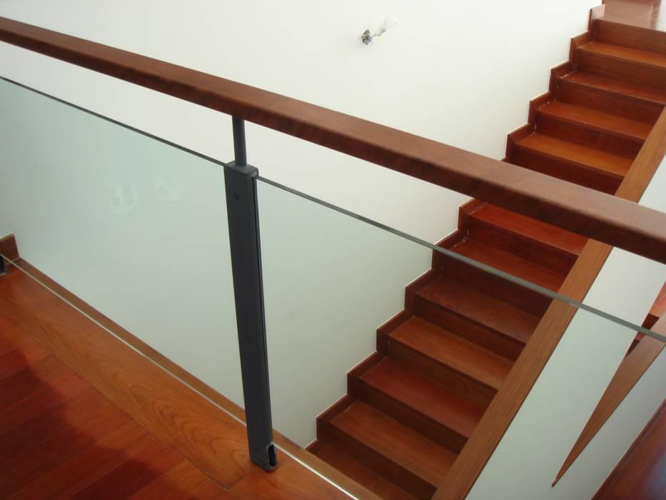 House Gui and Gus - Verdizela Corredores, halls e escadas modernos por ASPMM, Arquitectos Moderno