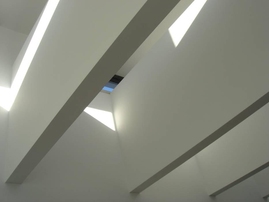 House Gui and Gus - Verdizela: Corredores e halls de entrada  por ASPMM, Arquitectos