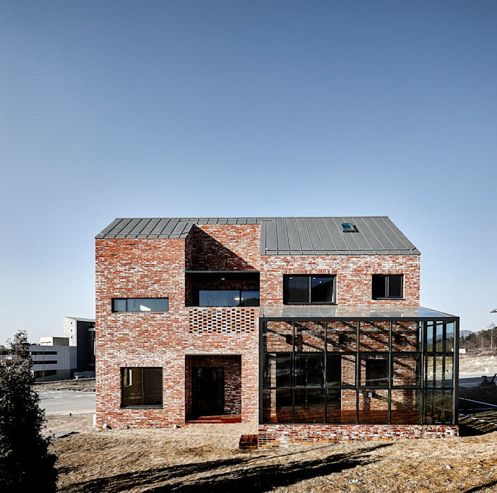 원주 W-House (박물관이 살아있다) 모던스타일 주택 by (주)유타건축사사무소 모던 벽돌