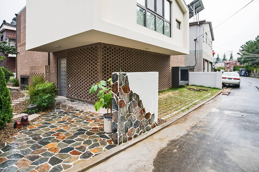 現代房屋設計點子、靈感 & 圖片 根據 (주)유타건축사사무소 現代風 磚塊