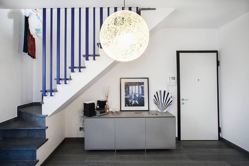 Projekty,  Korytarz, przedpokój zaprojektowane przez Alessandro Corina Interior Designer