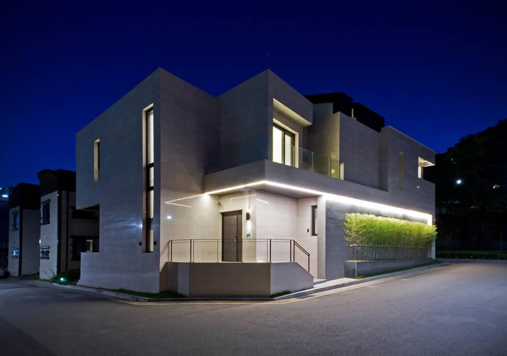 Main Entrance Facade in Night Moderne Häuser von homify Modern Marmor