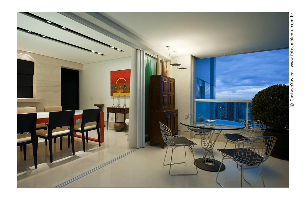 Cassio Gontijo Arquitetura e Decoração Modern balcony, veranda & terrace