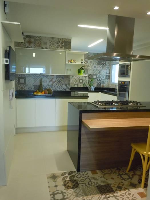 Bancada de granito preto e mesa de madeira Cozinhas clássicas por Flávia Brandão - arquitetura, interiores e obras Clássico Granito