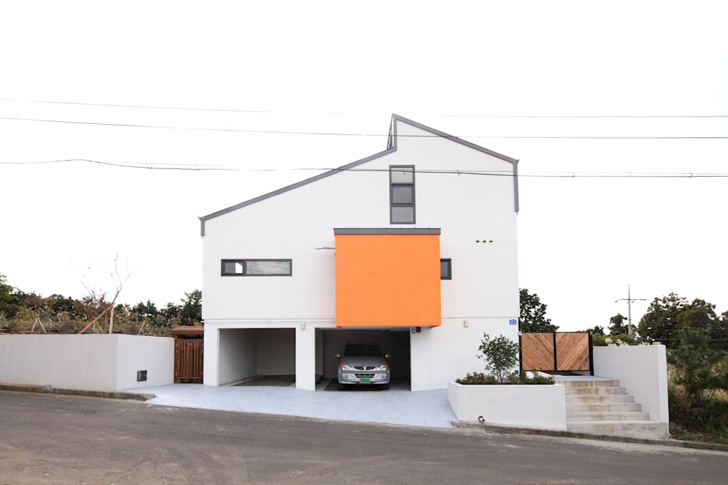 오렌지박스가 아이콘인 집의 파사드: 주택설계전문 디자인그룹 홈스타일토토의  주택