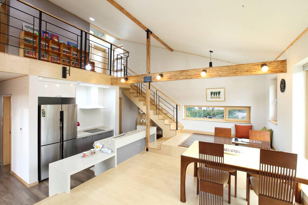 스킵플로어 거실: 주택설계전문 디자인그룹 홈스타일토토의  거실