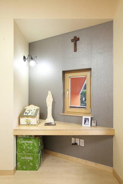 간이 서재 테이블: 주택설계전문 디자인그룹 홈스타일토토의  서재 & 사무실