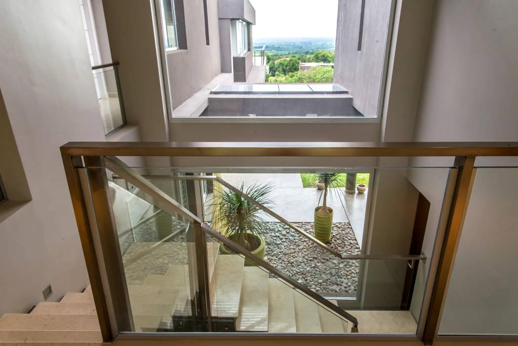 Casa MAS Saez Sanchez. Arquitectos Pasillos, vestíbulos y escaleras modernos