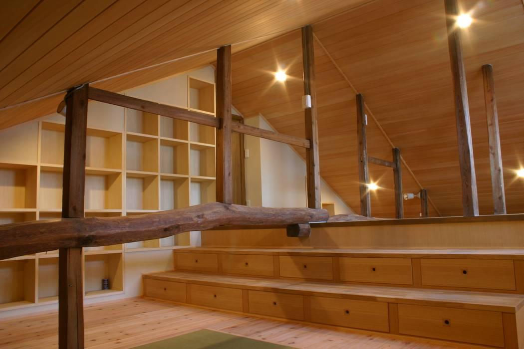 続・旧郵便局の家-1(両親の寝室 兼 ライブラリー): 川崎建築設計室が手掛けた現代のです。,モダン 木 木目調