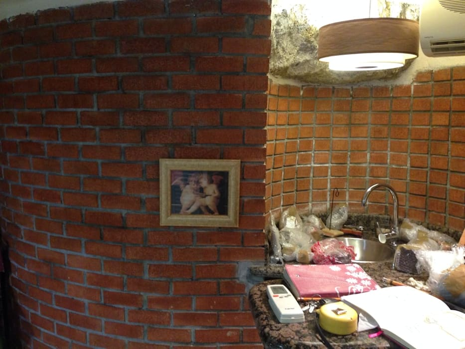 Acabados expuestos y salitre en muros:  de estilo  por ESTUDIO TANGUMA