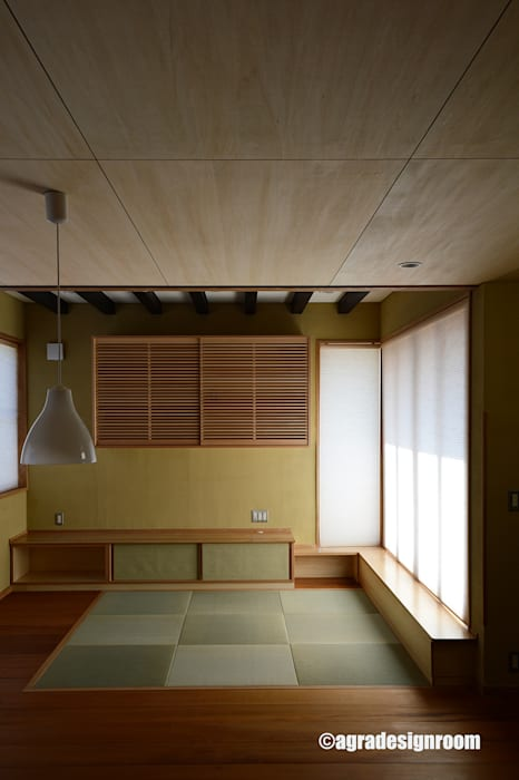 畳敷きのリビング: アグラ設計室一級建築士事務所 agra design roomが手掛けた現代のです。,モダン