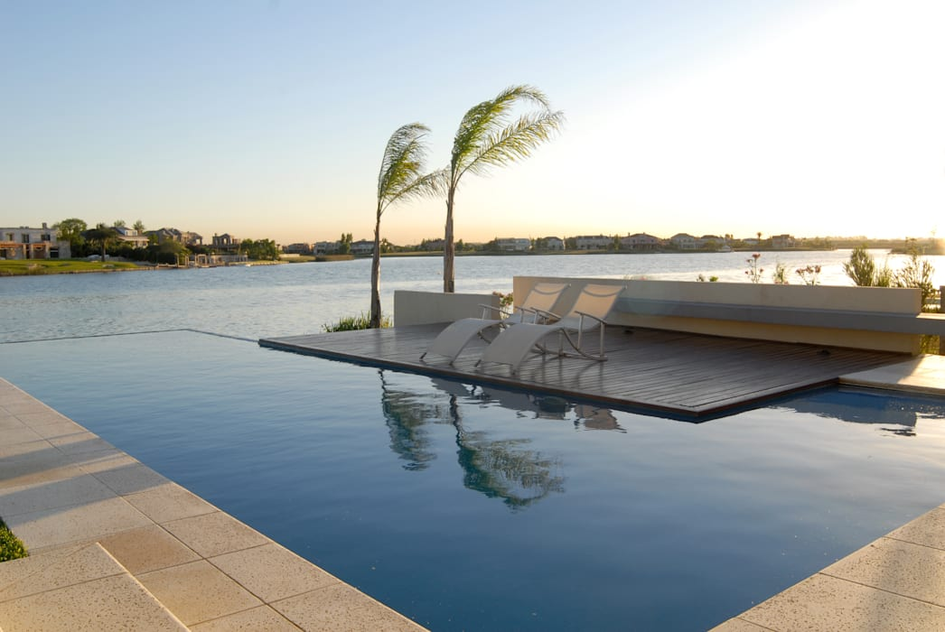 Vista a la laguna Piscinas de estilo minimalista de Ramirez Arquitectura Minimalista Madera Acabado en madera