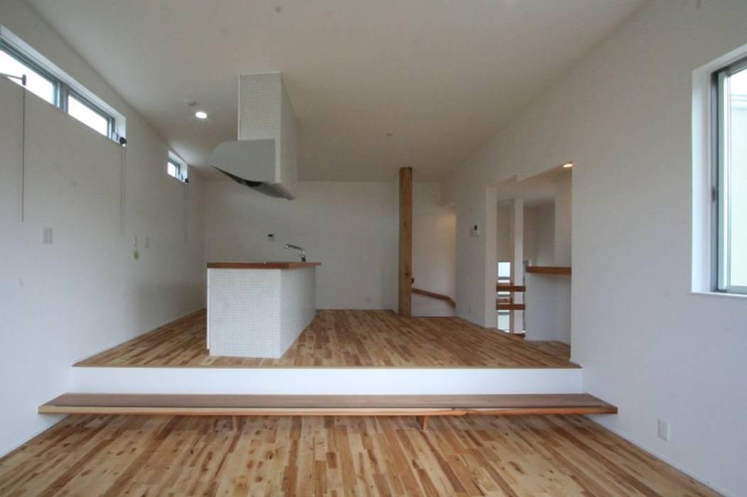 Salas / recibidores de estilo  por 三浦喜世建築設計事務所, Moderno Madera maciza Multicolor