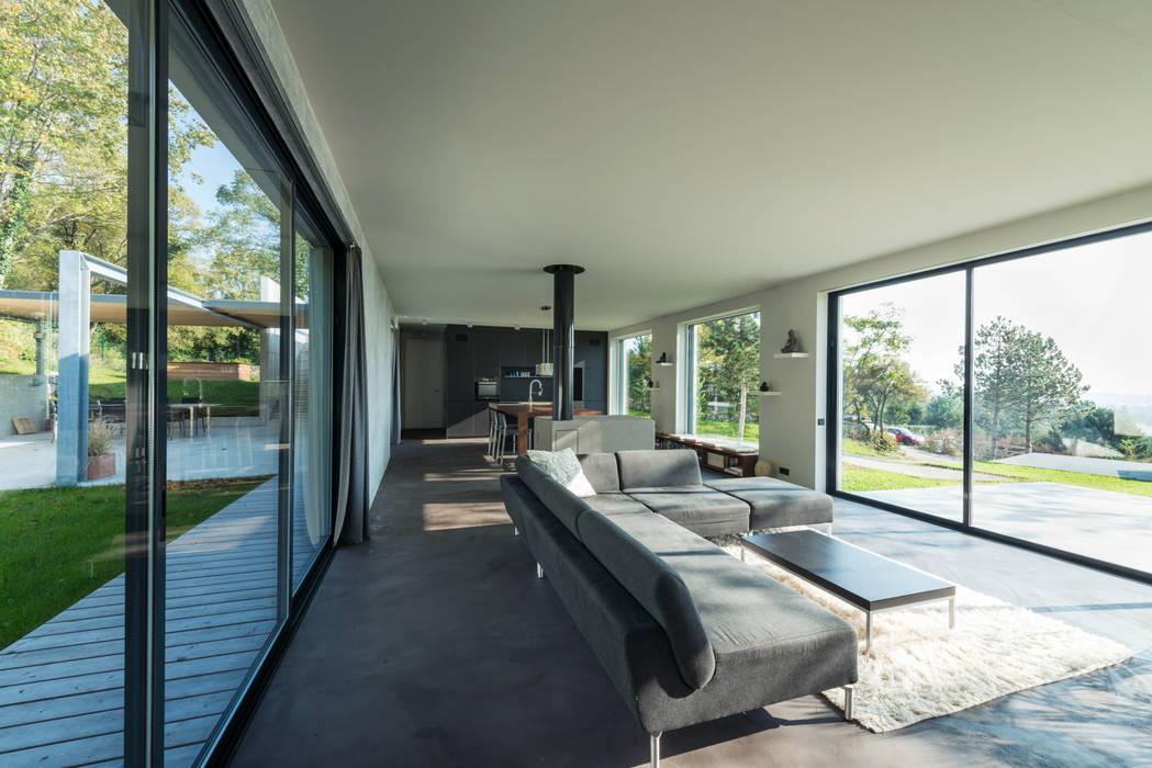 Wohnraum:  Wohnzimmer von PLANET architects