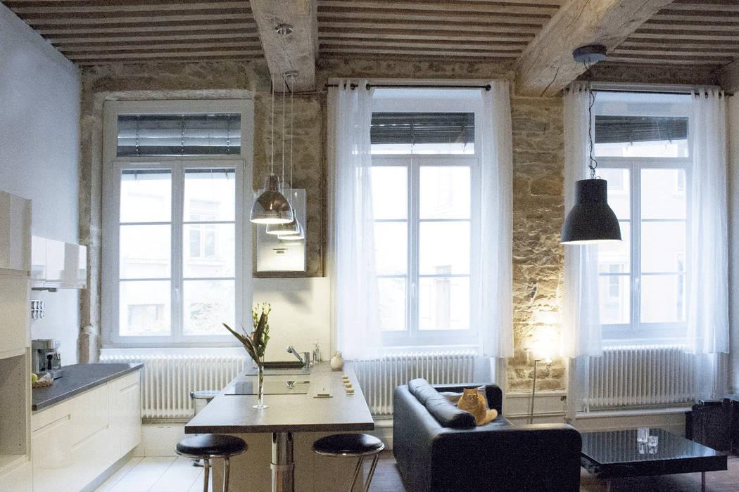Des pierres apparentes au blanc laqué et noir cuivré: Salon de style de style Moderne par Skéa Designer