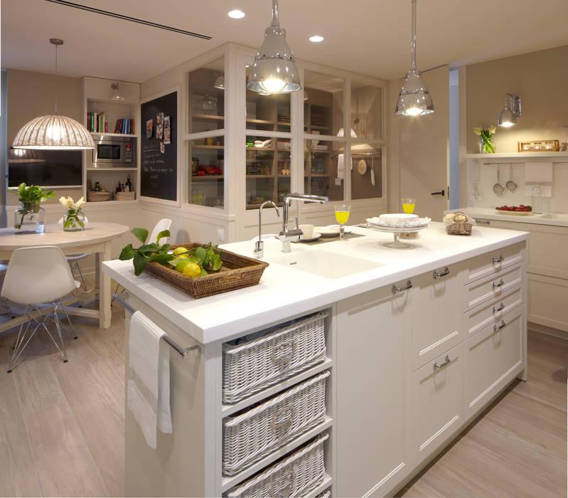 Isla, barra de desayunos, office y despensa Cocinas de estilo ecléctico de DEULONDER arquitectura domestica Ecléctico