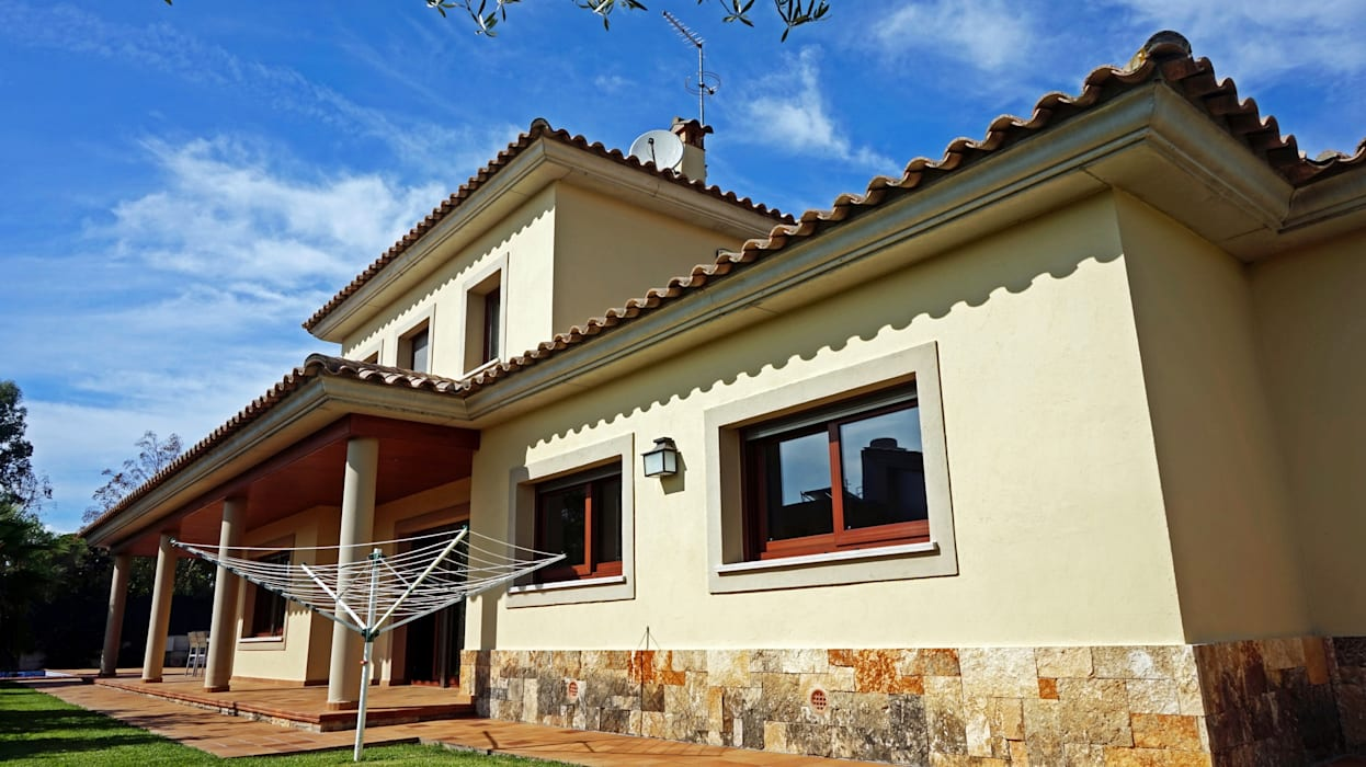 Classic style houses by Construccions Cristinenques, S.L. Classic Bricks