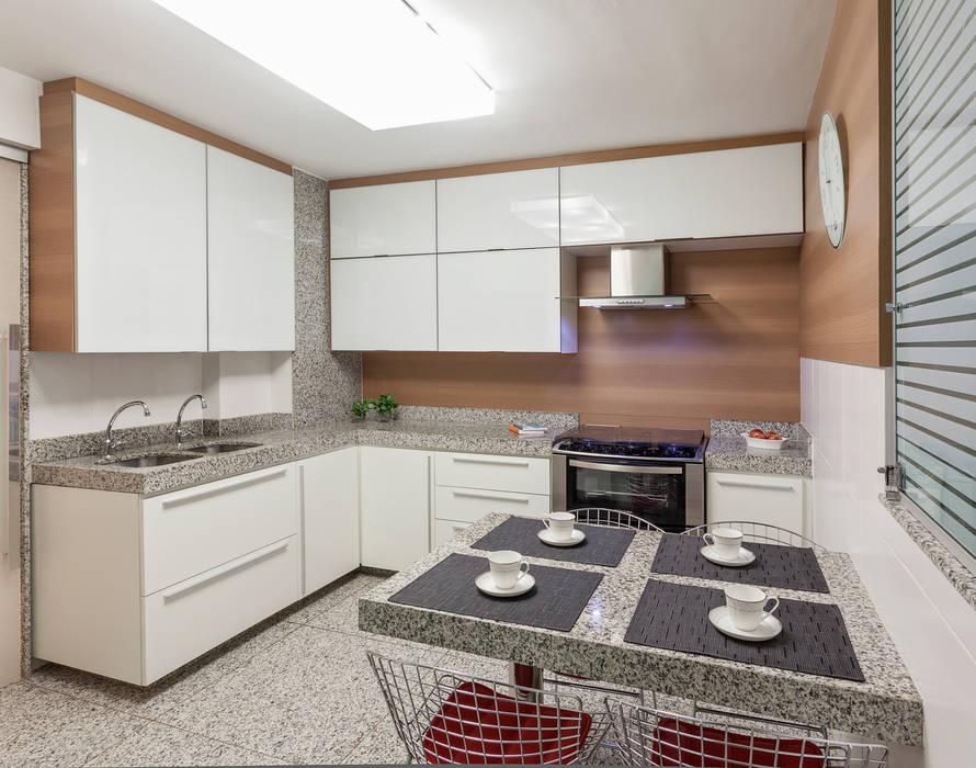 Modern kitchen by Carmen Calixto Arquitetura Modern