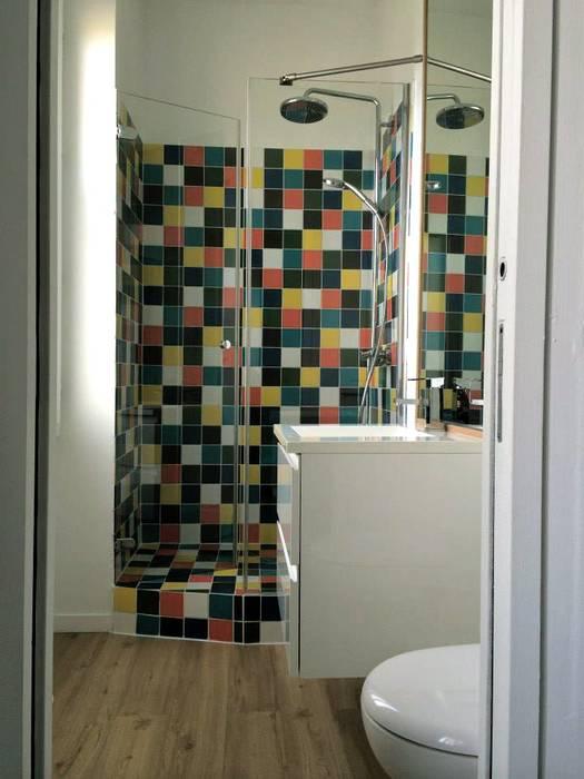 Mosaïque colorée: Salle de bains de style  par Nhomeade