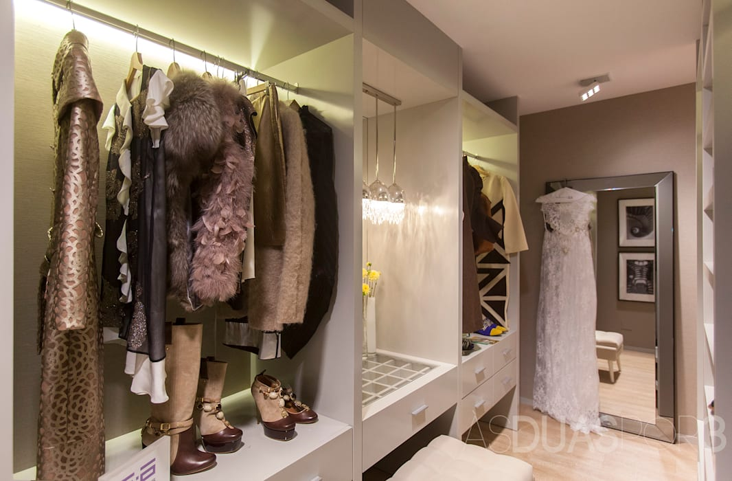 Modern style dressing rooms by ÀS DUAS POR TRÊS Modern