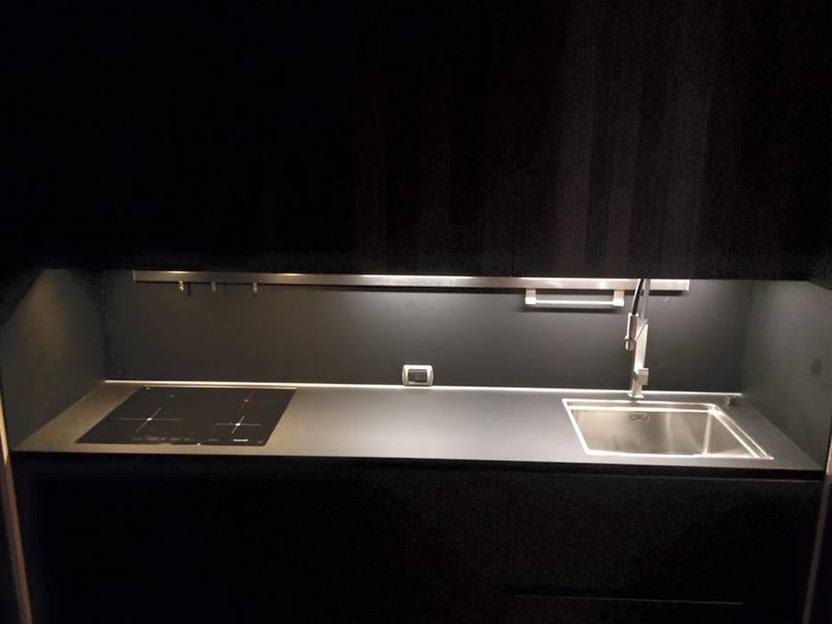minimalsimo e opacità: Cucina in stile in stile Minimalista di Zoom Interior Life Style