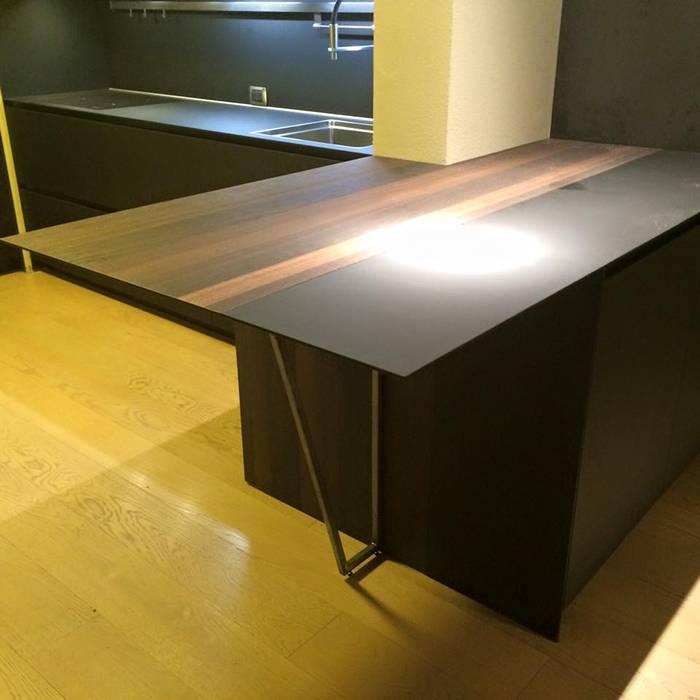 Materiali poveri e di ultima generazione racchiusi nella zona beakfast: Cucina in stile in stile Minimalista di Zoom Interior Life Style