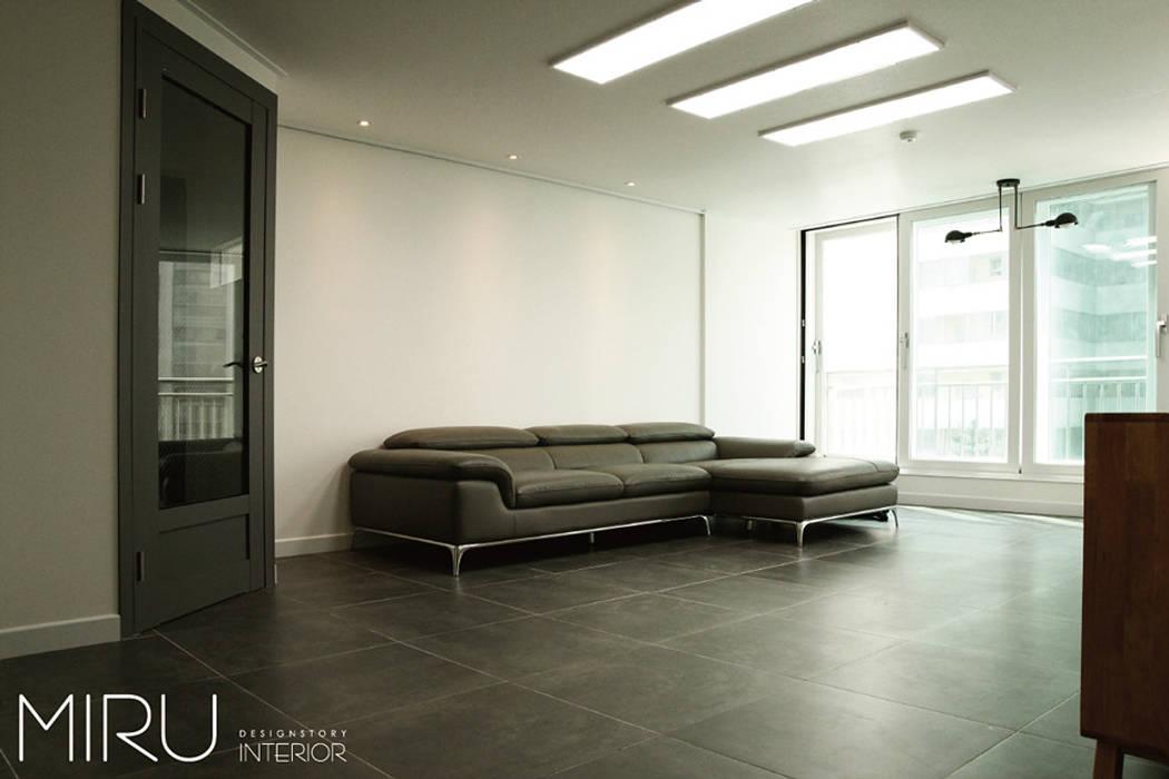 트랜디한 아파트인테리어(거실): 미루디자인의  거실,
